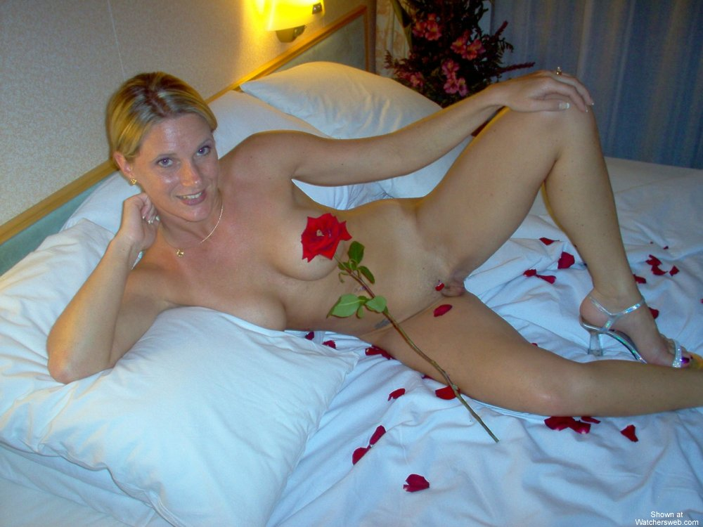 Watchersweb Amateur Milf Wife, Sexy, Roses, Crew, View -8236